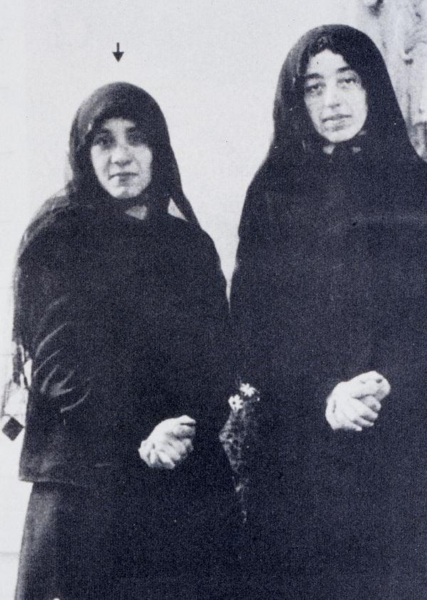 Mẹ Teresa cùng với một nữ tu tương lai khác trong tu viện của họ, ở Darjeeling, Ấn Độ.