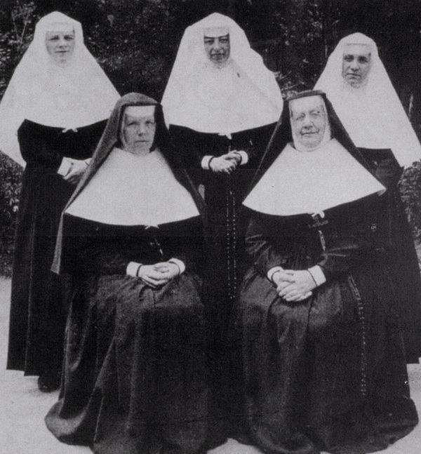 Mẹ Teresa đứng bên phải, ngày tuyên khấn.