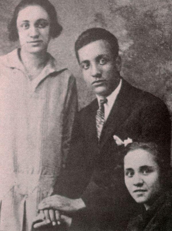 Mẹ Têrêsa chụp ảnh cùng anh trai và em gái