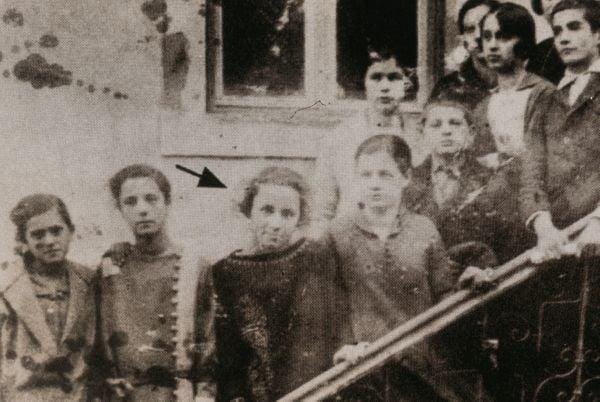 Mẹ Têrêsa chụp ảnh lưu niệm xung quanh là các bạn cùng lớp