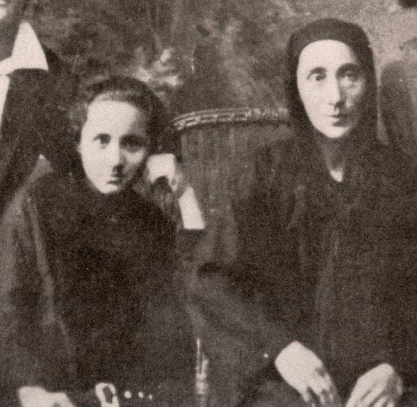 Mẹ Têrêsa chụp ảnh cùng bà ngoại