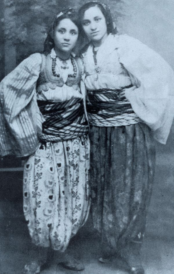 Mẹ Têrêsa cùng em gái Aga trong trang phục truyền thống của Macedonia.