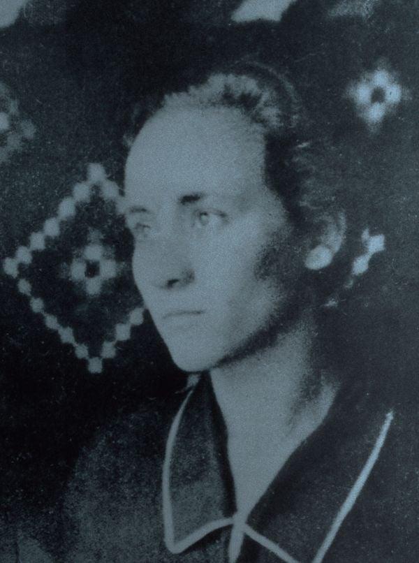 Mẹ Têrêsa trong ảnh chụp lúc này chỉ mới 18 tuổi