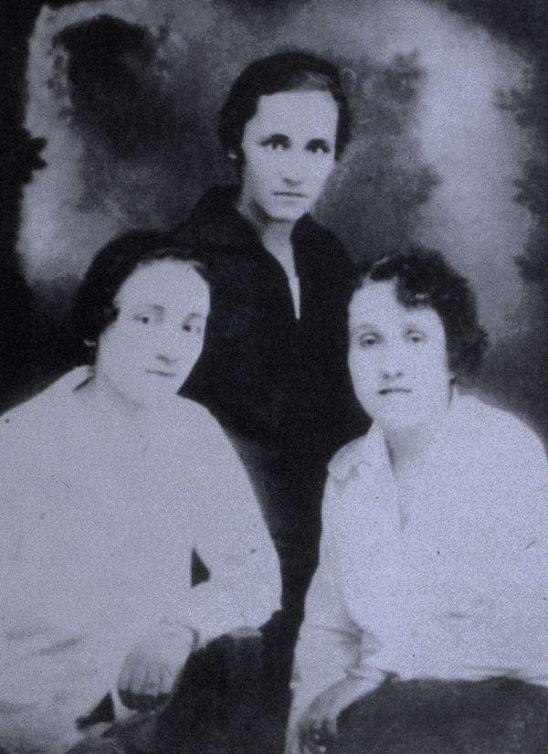 Mẹ Teresa chụp ảnh cùng em gái Aga và một người bạn